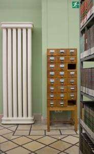 Retrokatalogisierung beinhaltet u.a. die Einarbeitung der Inhalte solcher alten Zettelkataloge in heute gängige Online-Bibliothekskataloge