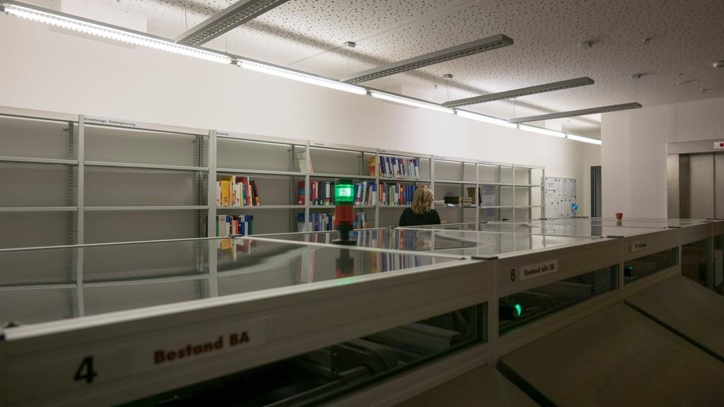 Buchsortieranlage hinter den Rückgabeautomaten. Auch Bücher aus anderen Standorten, wie z.B. der Bibliotheca Albertina, können in der Campus-Bibliothek zurückgegeben werden. 24 Stunden lang.