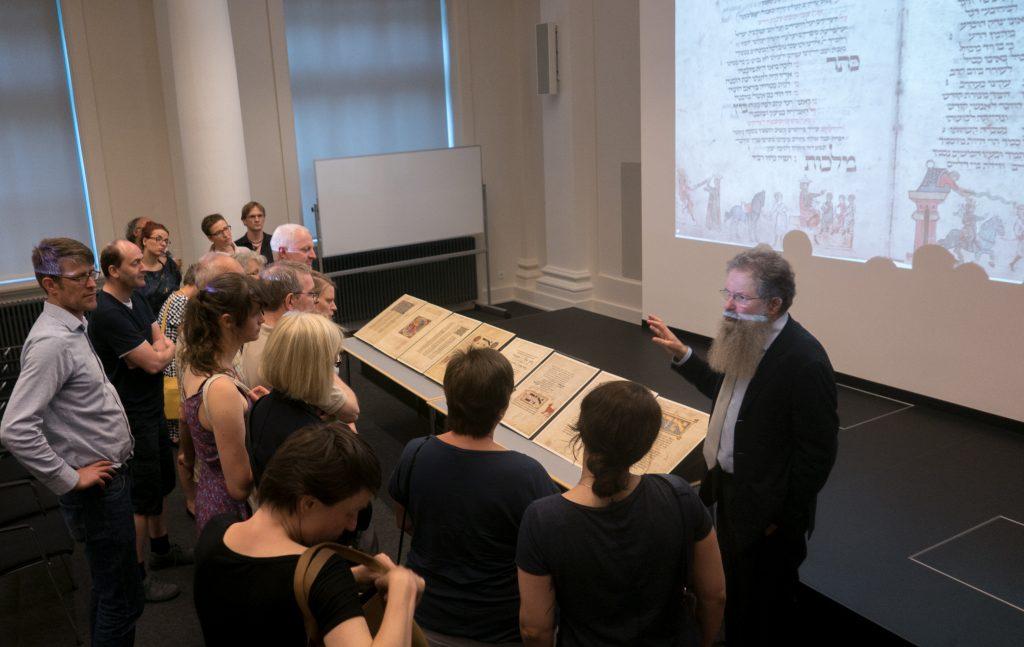 Dr. Ittai Joseph Tamari mit Zuhörern seines Vortrages zum Leipziger Machsor