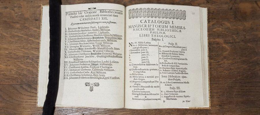 Auflistung der theologischen Handschriften, beginnend bei Pult 1, in lateinischer Sprache
