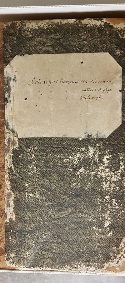 Kabinettkatalog im Ledereinband mit der Beschriftung Catalogus librorum classicorum