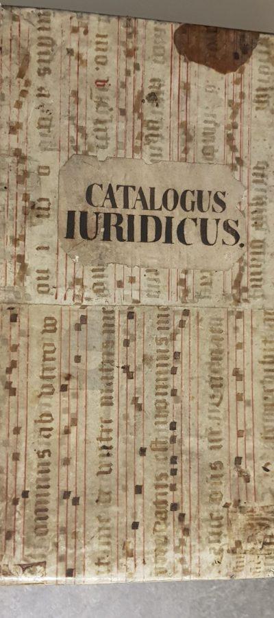 Das Folioband ist in alten Pergament eingeschlagen