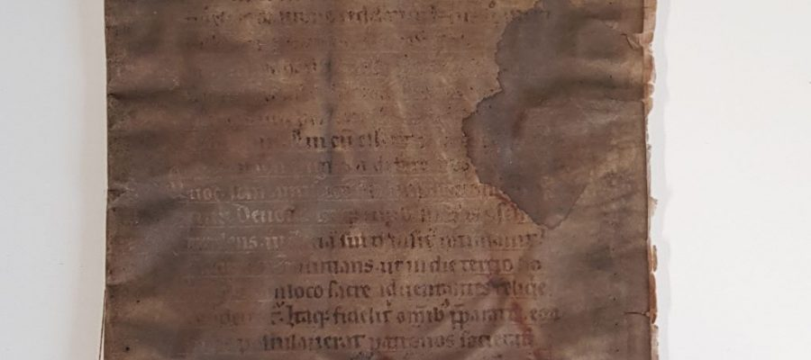 Für den Katalogeinband wurde eine Seite einer mittelalterlichen Handschrift wiederverwendet