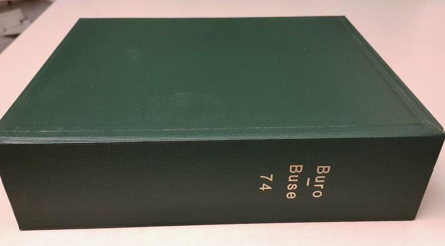 Grüne mit goldenen Lettern beschriftete Kapsel des Nominalkatalogs