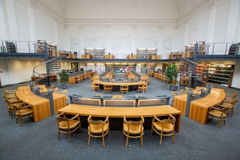 im Vordergrund Leseplätz, im Hintergrund der Freihandbereich in der Bibliotheca Albertina, Foto: T. Kademann