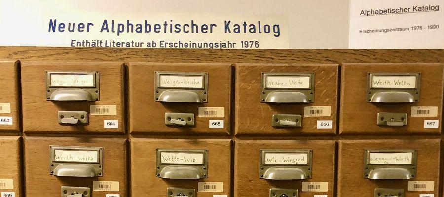 Katalogschrank mit beschrifteten Zettelkästen, Foto: S. Manns-Süßbrich
