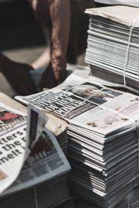 Mehrere Stappel internationaler Zeitungen